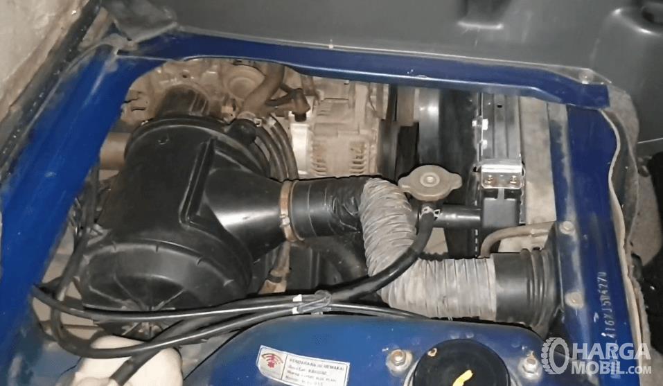 Gambar ini menunjukkan mesin mobil Suzuki Carry Futura 1.6 GRV 1999