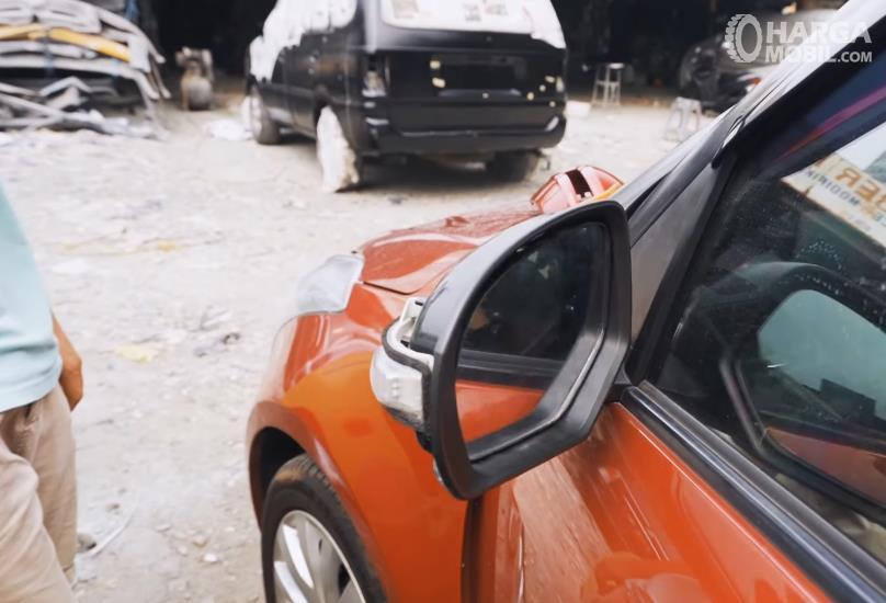 Gambar ini menunjukkan spion mobil dengan sistem pelipatan otomatis