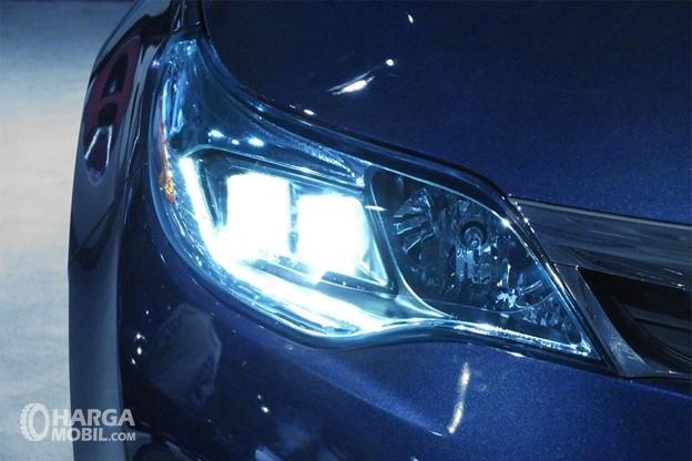 Gambar menunjukkan lampu HID dari mobil