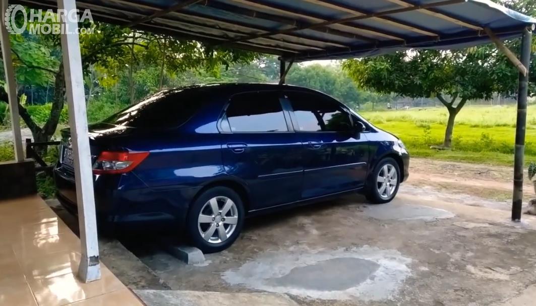 Gambar ini menunjukkan mobil warna biru tampak samping