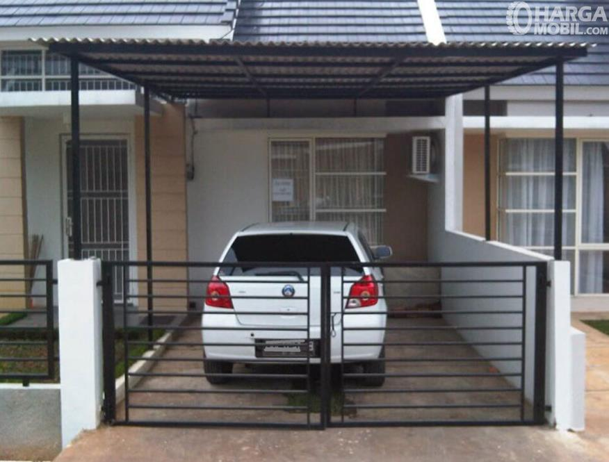 Gambar ini menunjukkan parkir mobil di depan rumah menghadap ke dalam
