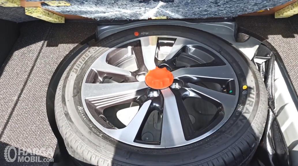 Gambar ini menunjukkan ban cadangan Toyota Yaris G 2020