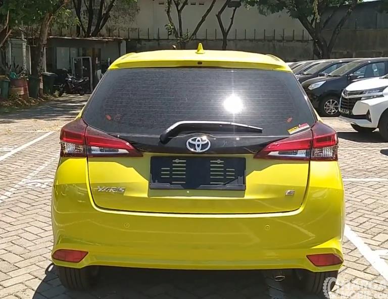 Gambar ini menunjukkan bagian belakang Toyota Yaris G 2020