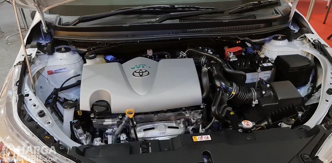 Gambar ini menunjukkan mesin Toyota Yaris G 2020