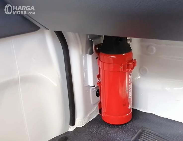 Gambar ini menunjukkan APAR Suzuki Carry Pick Up Facelift 2021