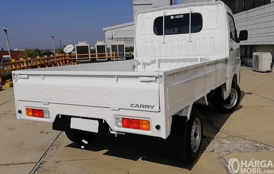Gambar ini menunjukkan sisi belakang Suzuki Carry Pick Up Facelift 2021