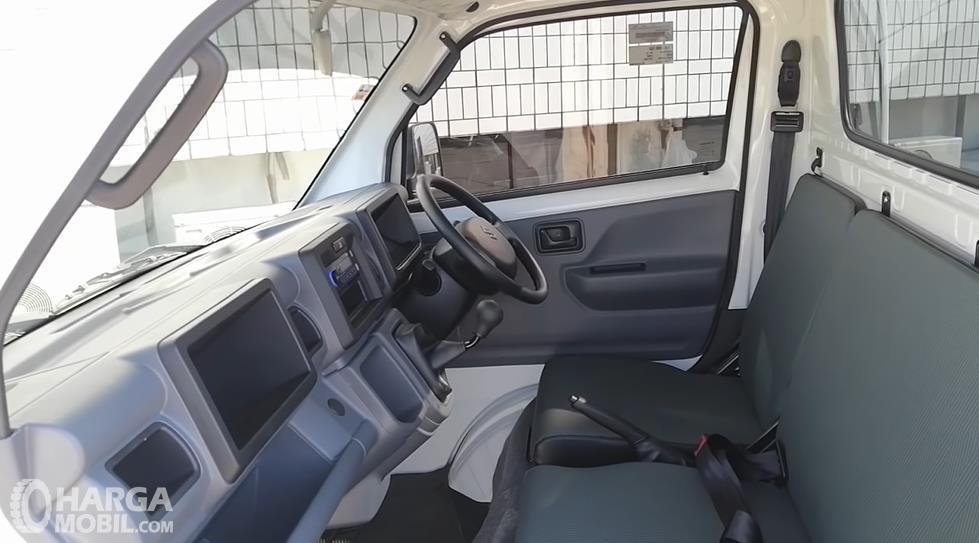 Gambar ini menunjukkan dashboard dan kemudi Suzuki Carry Pick Up Facelift 2021