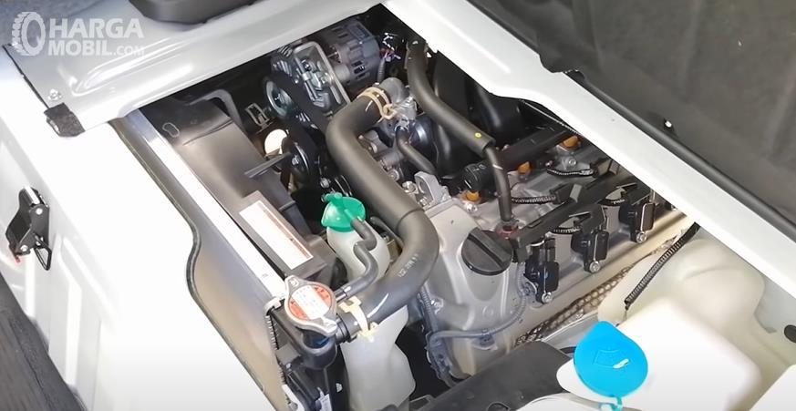 Gambar ini menunjukkan mesin mobil Suzuki Carry Pick Up Facelift 2021
