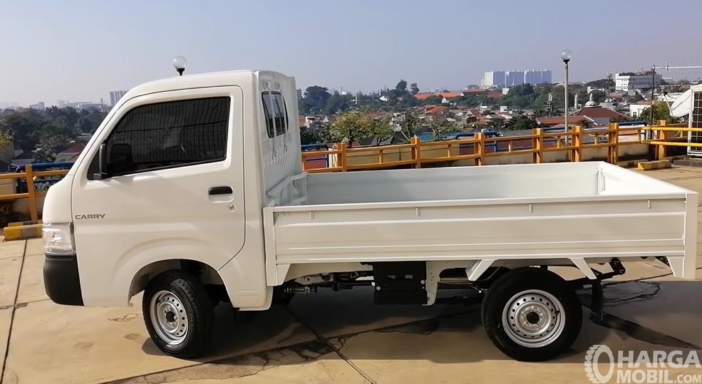 Gambar ini menunjukkan sisi samping Suzuki Carry Pick Up Facelift 2021