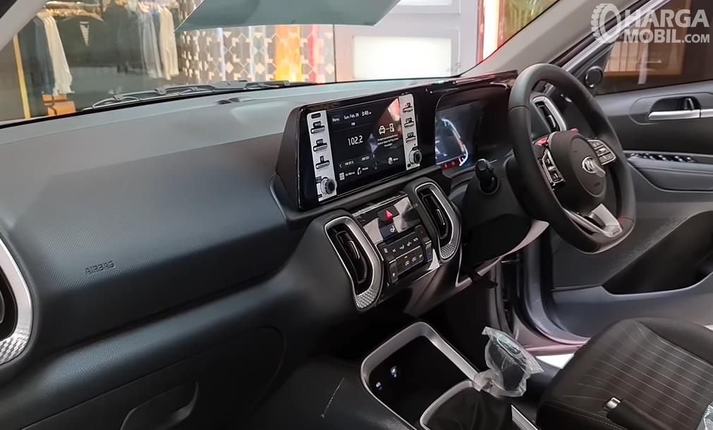 Gambar ini menunjukkan dashboard dan kemudi mobil KIA Sonet Smart MT 2021