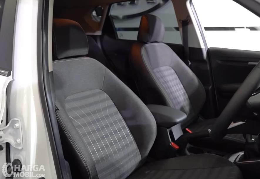 Gambar ini menunjukkan jok depan mobil KIA Sonet Smart MT 2021