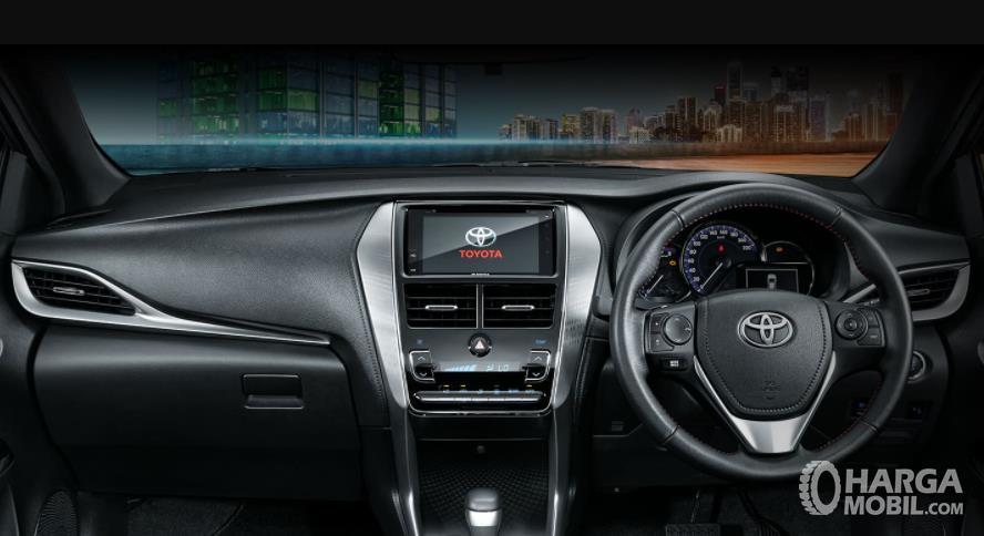 Gambar ini menunjukkan dashboard dan kemudi Toyota Yaris GR Sport 2021