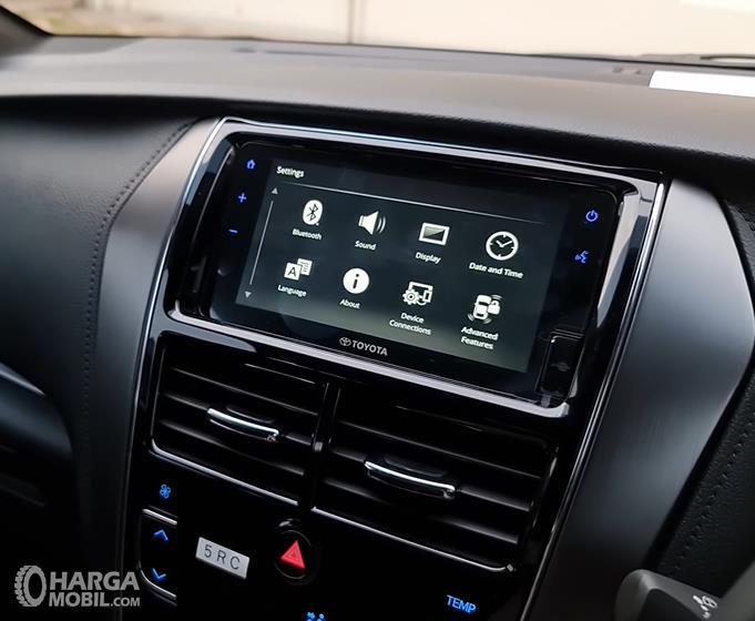 Gambar ini menunjukkan head unit Toyota Yaris GR Sport 2021
