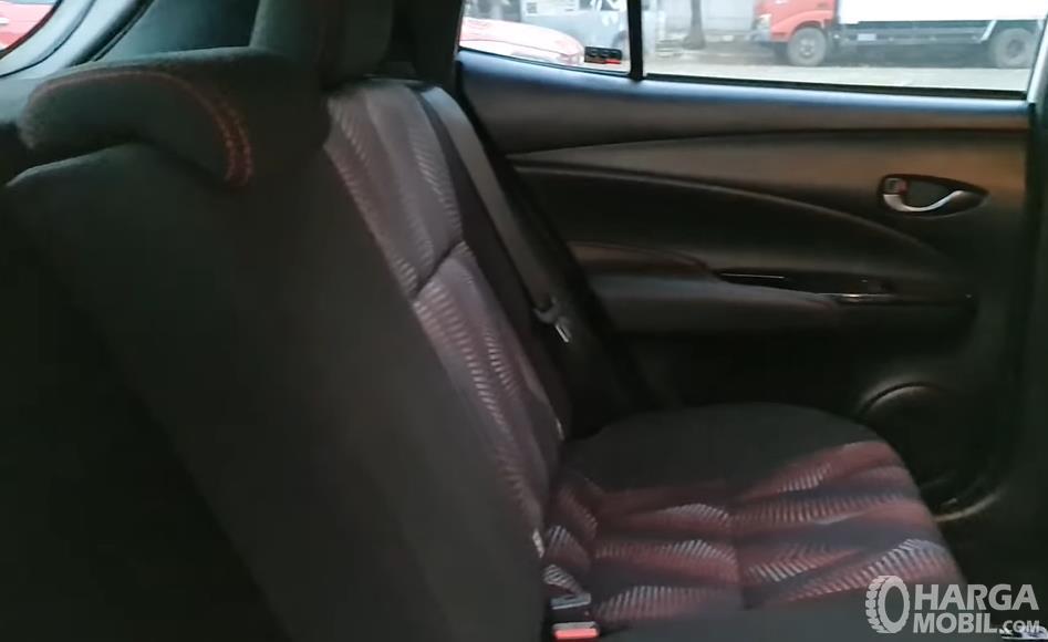 Gambar ini menunjukkan jok belakang Toyota Yaris GR Sport 2021
