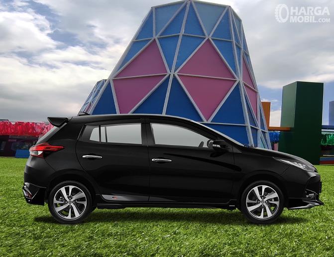 Gambar ini menunjukkan sisi samping Toyota Yaris GR Sport 2021