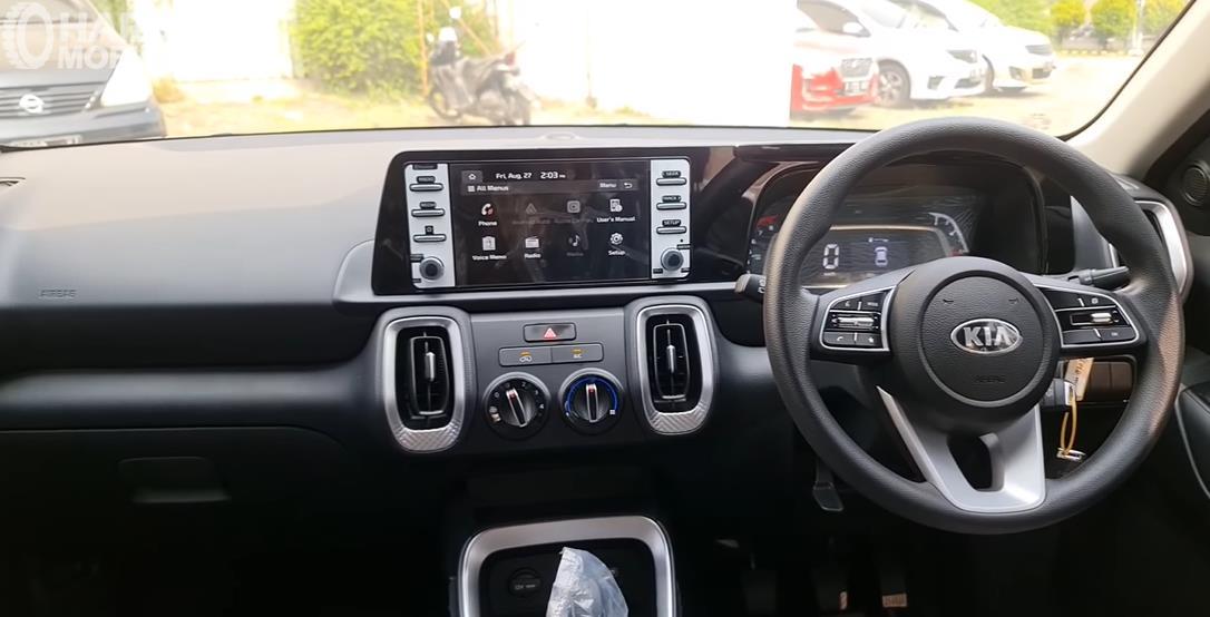 Gambar ini menunjukkan dashboard dan kemudi mobil KIA Sonet Active 2021