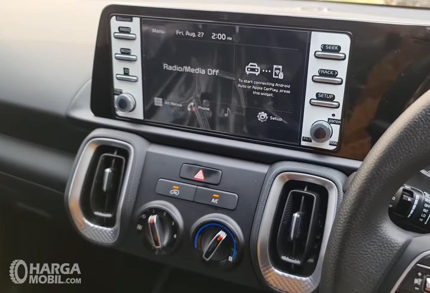 Gambar ini menunjukkan head unit mobil KIA Sonet Active 2021