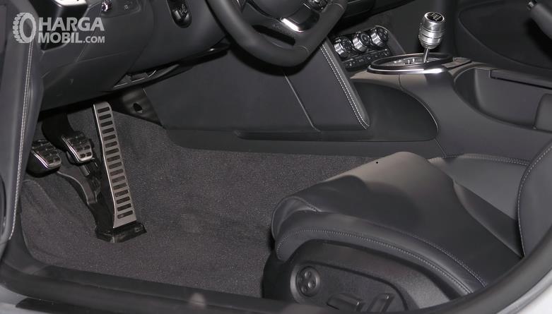 Gambar ini menunjukkan kabin depan dengan karpet warna gelap