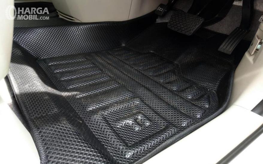 Gambar ini menunjukkan karpet warna hitam berada di kabin depan