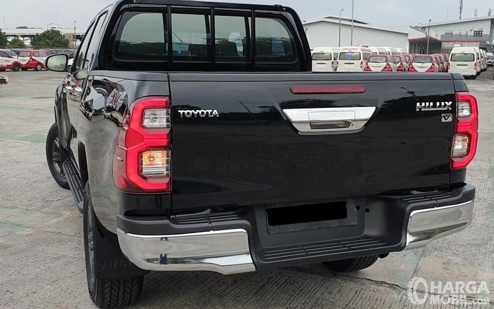 Gambar ini menunjukkan bagian belakang Toyota Hilux D Cab V 2020
