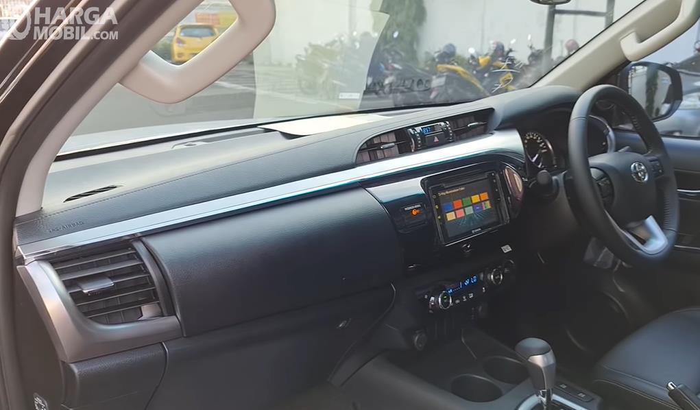 Gambar ini menunjukkan dashboard dan kemudi Toyota Hilux D Cab V 2020
