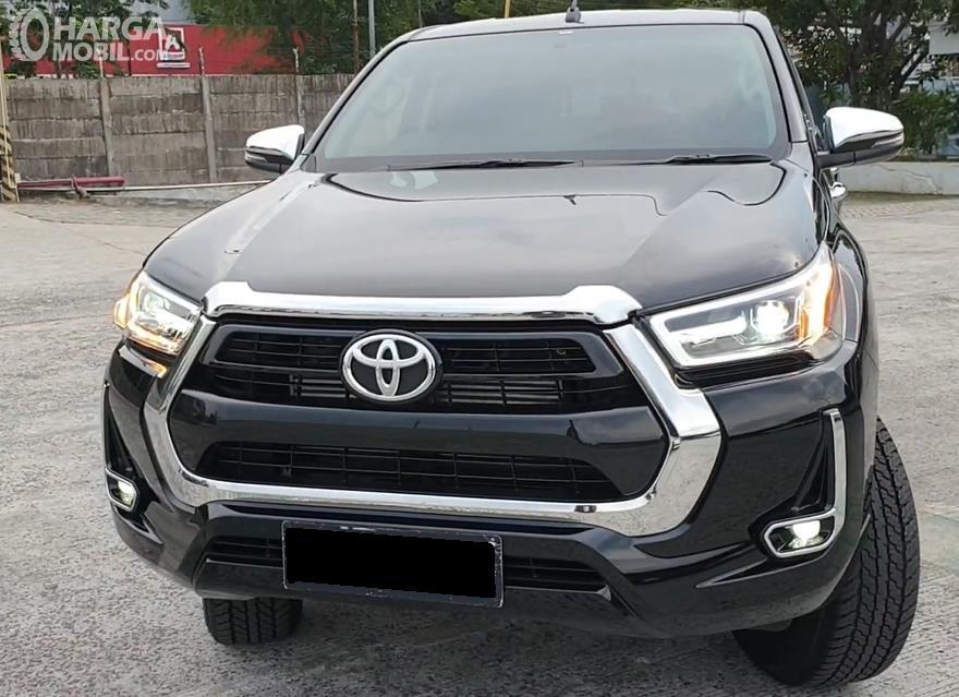 Gambar ini menunjukkan bagian depan Toyota Hilux D Cab V 2020