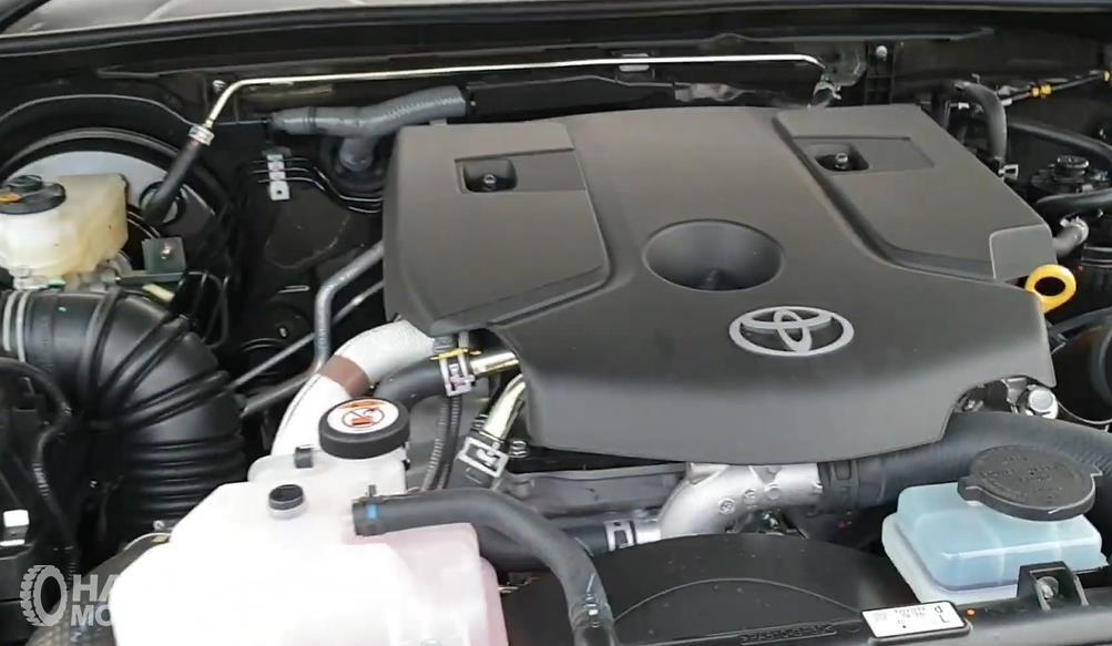Gambar ini menunjukkan mesin Toyota Hilux D Cab V 2020