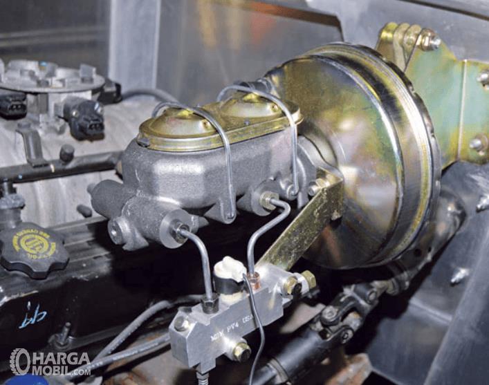 Gambar ini menunjukkan booster rem pada sistem pengereman mobil