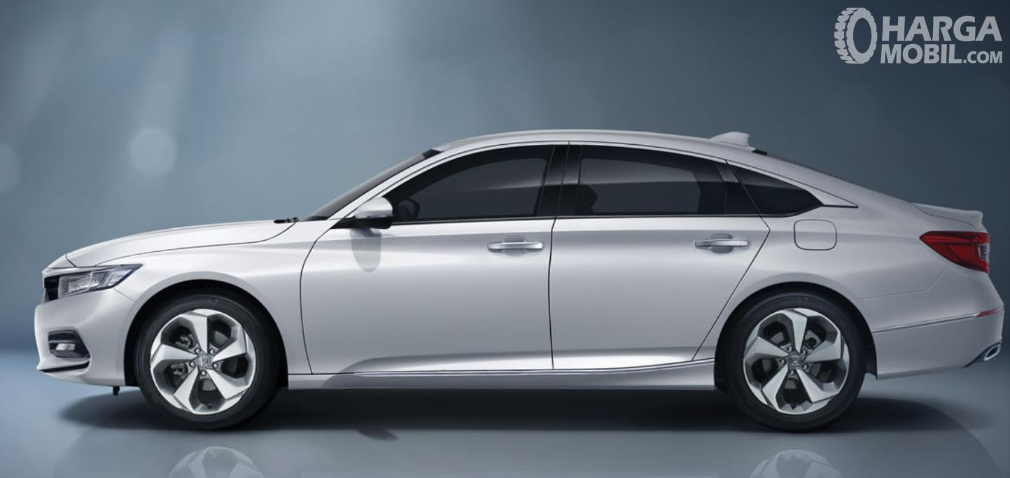 Gambar ini menunjukkan mobil sedan Honda Accord tampak samping