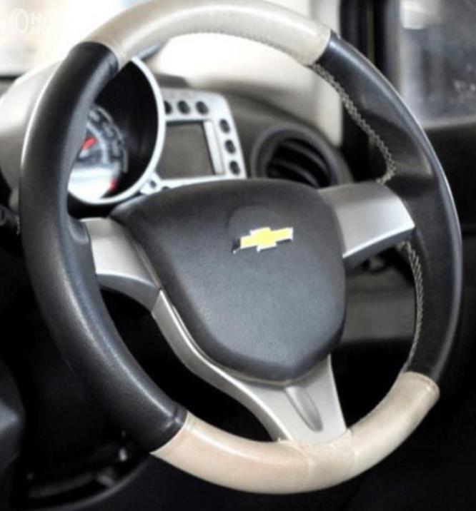 Gambar ini menunjukkan kemudi pada mobil