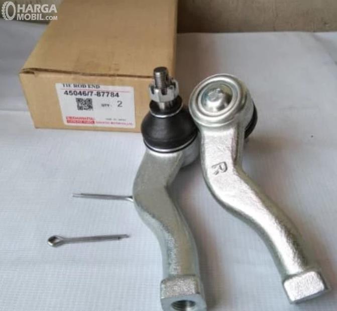 Gambar ini menunjukkan tie rod end pada mobil Daihatsu
