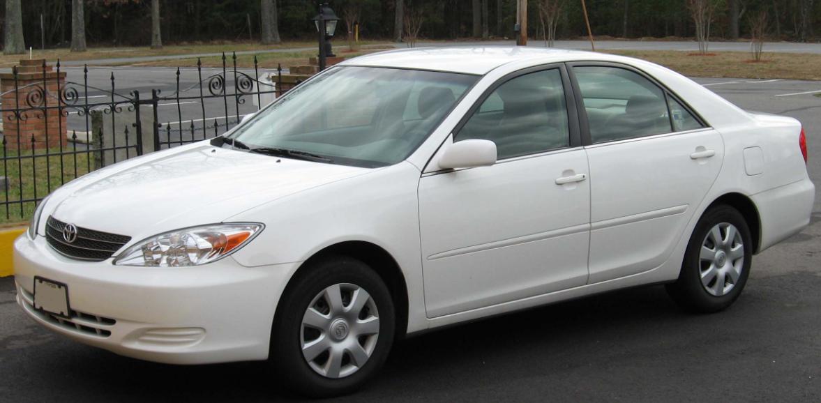 Gambar ini menunjukkan mobil toyota Camry putih tampak sisi samping