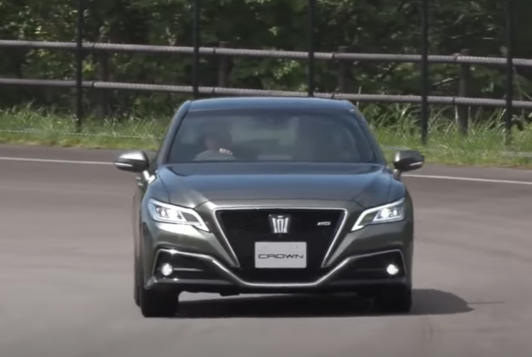 Gambar ini menunjukkan Toyota Crown tampak depan