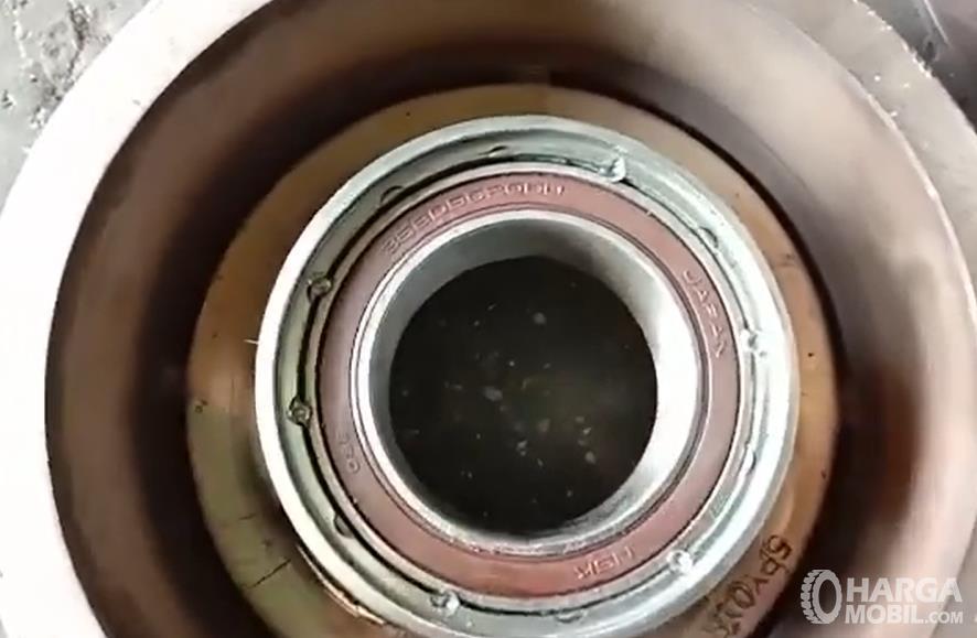 Gambar ini menunjukkan bearing pada kompresor AC mobil
