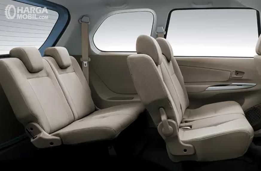 Gambar ini menunjukkan jok mobil Toyota Avanza pada sisi belakang