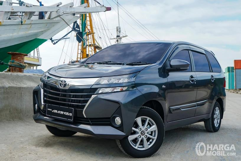 Gambar ini menunjukkan mobil Toyota Avanza tampak bagian depan