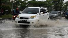 Beginilah Cara Melintasi Genangan Air Menggunakan Mobil Biar Aman